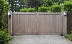 Like the look of this and how it blends into the greenery at the sides Side Gates, Front Gates, Entrance Gates, Wooden Garden Gate, Wooden Gates, Wooden Driveway Gates, Wooden Fences, Backyard Gates, Driveway Landscaping