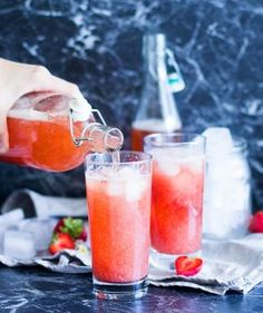 Refreshing strawberry iced tea without sugar!, Refreshing strawberry iced tea without sugar! Dessert Drinks, Fun Drinks, Healthy Drinks, Alcoholic Drinks, Healthy Recipes, Beverages, Smoothie Drinks, Smoothie Recipes, Happy Drink
