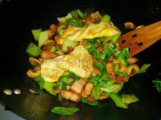 Boc choy med rökt fläsk, vitlök, chili, peppar och salt. 2 stekta ägg.