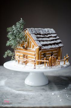 Gingerbread house idea by Candy Company Gingerbread House Template, Cool Gingerbread Houses, Gingerbread House Designs, Gingerbread House Parties, Gingerbread Village, Christmas Gingerbread House, Christmas Goodies, Christmas Candy, Christmas Treats