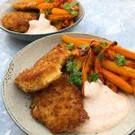 Crispy chicken med gulerodsfritter Crispy Chicken, Chicken Wings, Dip, Chili, Recipies, Meat, Dinner, Drinks, Cooking