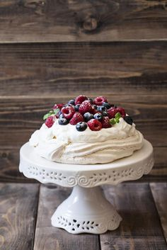 Crispy on the outside and soft on the inside, with a heart of cream and fruit – the Pavlova cake is our favorite sweets on hot summer days. Cake Cookies, Cupcake Cakes, Sweet Recipes, Cake Recipes, Pavlova Cake, Meringue, Sweet Breakfast, Macaron, Desert Recipes