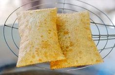 Receita de Massa de Pastel de Feira 2 - Recheio de palmito (opcional): 1 cebola pequena picada 1 dente de alho amassado 4 colheres (sopa) de azeite 1 tablete de caldo de galinha 1 colher (sobremesa) de glutamato monossódico 3 colheres (sopa) de extrato de tomate 3 colheres (sopa) de farinha de trigo tipo I 800ml de leite Sal a gosto 800g de palmito macio picado Salsinha a gosto