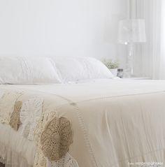 Um quarto branquinho traz calma e paz ao ambiente. Outras ideias em www.historiasdecasa.com.br #todacasatemumahistoria #quartos