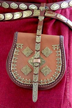 Reproduction of a Tarsoly belt pouch, completely handsewn with bronze fittings. Leather Belt Bag, Leather Tooling, Leather Handbags, Leather Bags Handmade, Leather Craft, Sword Belt, Viking Costume, Swedish Fashion, Pouch Pattern