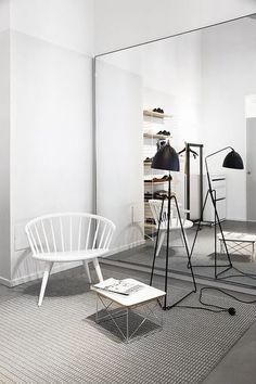 壁一面に鏡を取り付けることができれば、奥にもうひとつ部屋があるかの様な錯覚になり、空間を広く感じることができます。