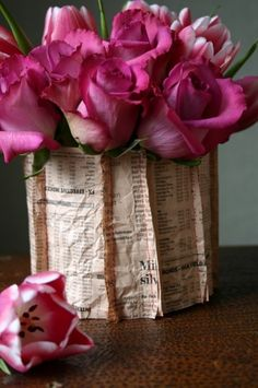 A vase is always a special element of décor in every home. If you are passionate about creative decoration, here is a wonderful idea on how to make easily a unique and stylish vase wrapped in a newspaper Pretty In Pink, Beautiful Flowers, Beautiful Things, Vase Transparent, Paper Vase, Diy Paper, Paper Pot, Colorful Roses, Foto Art