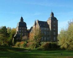 Das Schloss Myllendonk in Korschenbroich wurde im 13. Jahrhundert im Auftrag des Kölner Erzbischofs Engelbert I. zu Lehen am Niersufer errichtet. Die Wasserburg wurde auf Pfählen gebaut. Heute befindet sich auf dem zum Schloss gehörenden Areal der Golfclub Myllendonk samt einer 18-Loch-Golfanlage. Außerdem gibt es ein Schlossrestaurant. Das Schloss selbst ist seit 1832 in Privatbesitz.  Adresse: Golfclub: Myllendonker Strasse 113, 41352 Korschenbroich