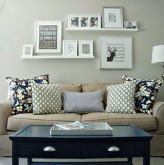 Inspiração para sala } Prateleira com quadrinhos atrás do sofá.#homedecor #estilo #charme #decoração #cores #estilo #quadros #sala #lardocelar  #inspiraçãodaInternet