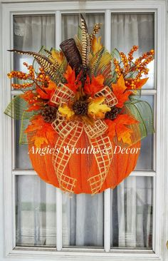 Fall Mesh Wreaths, Holiday Wreaths, Wreath Crafts, Diy Wreath, Adornos Halloween, Autumn Decorating, Thanksgiving Wreaths, Wreath Tutorial, How To Make Wreaths