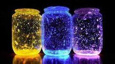 DIY Glow in the Dark Jars (Video): DIY Fairy glow jars with empty jars and glow sticks, fun crafts for kids in Summer night fun. Pot Mason Diy, Mason Jar Crafts, Diy Galaxie, Cool Diy, Easy Diy, Fairy Glow Jars, Glow Stick Jars, Glow Mason Jars, Glow Stick Crafts