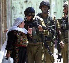 İsrail askeri : Evine dön Filistinli kadın : Ben evimdeyim , sen evine dön !