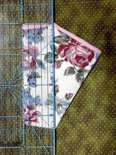 * MATERIAL *    Cortar 1x tecido da frente, medindo 10x22cm                                       ...