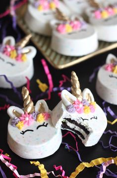 Jump on the unicorn trend with these chocolate-covered Unicorn Oreos that are ALMOST too pretty to eat! Unicorn Cake Pops, Unicorn Cookies, Oreo Pops, Unicorn Themed Birthday Party, Unicorn Party, Cupcakes Decorados, Savoury Cake, Dessert Recipes, Desserts