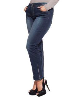 Jeans skinny cinque tasche in cotone stretch stone washed con strappi davanti e deitro; strass cristal cuciti al fondo; impunture a contrasto grigio chiaro; rivetti in strass; logo FRJ in metallo e strass sulla tasca sinistra dietro. Vita regolare, gamba stretta al fondo.