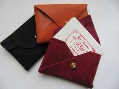 Cuir sans couture...porte-cartes de visite Diy Leather Projects, Leather Diy Crafts, Leather Craft, Diy Leather Goods, Leather Bag, Couture Cuir, Sewing Online, Couture Sewing, Diy Couture