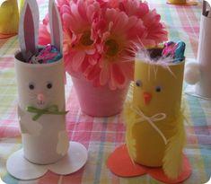 Osterhase und Osterküken mit Süßigkeiten gefüllt