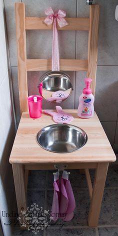 Das ist Leonoras Waschtisch. Wir haben ihn aus einem IKEA Ivar Stuhl, einem Spiegel und einer Salatschüssel mit Rand gebaut. Nun kann sich das Mäuschen dort beim Händewaschen, Zähneputzen und Plans…