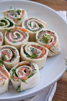 salmon and cream cheese rolls- Lachs-Frischkäse-Röllchen Advertisement Are you also happy to loll in strange apartments? Brunch Recipes, Appetizer Recipes, Snack Recipes, Cooking Recipes, Drink Recipes, Appetizers, Party Finger Foods, Snacks Für Party, Cream Cheese Rolls