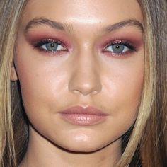 Gigi Hadid Makeup: Black Eyeshadow, Pink Eyeshadow Eyeshadow & Nude Lipstick Lipstick | Steal Her Style