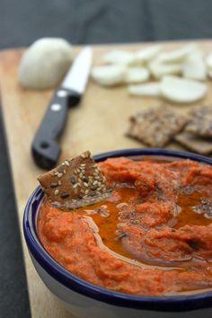 Dip aux poivrons rouges et pois chiches 2 gousses d'ail 1 grosse échalote (ou 2 petites) Huile d'olive 2 poivrons rouges 240g de pois chiches égouttés (en boîte ou que vous aurez cuits préalablement) Le jus d'un citron 1/2cc de cumin en poudre 1cc d'herbes séchées (herbes de Provence, origan etc...) 1 à 2cc de tabasco (selon votre goût !) ou 1cc de piment d'Espelette doux Sel et poivre