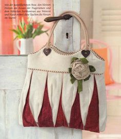 I found the pattern for this quilt bag from the magazine below: Burda Patchwork Quilts & Applizieren, Sommer 2013 Diy Tote Bag, Diy Purse, Reusable Tote Bags, Patchwork Bags, Quilted Bag, Diy Handbag, Carry All Bag, Purse Patterns, Fabric Bags