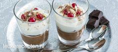 Ijskoude parfait van chocolade met een laag slagroom en een paar rode besjes, leuk voor kerst!