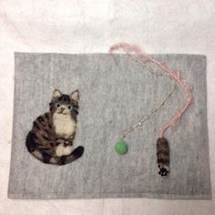 羊毛フェルトの猫ちゃんのモチーフがついているブックカバーです。お髭がついてて猫ちゃんらしさもあります。しおりになる紐には、猫ちゃんの気持ちになれるような、前足...|ハンドメイド、手作り、手仕事品の通販・販売・購入ならCreema。