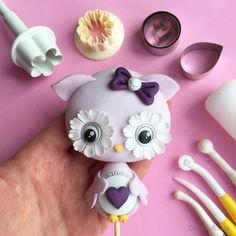 Cute little owl cake topper tutorial /free, fondant, gum paste, easy, simpl Owl Cake Toppers, Fondant Toppers, Fondant Cakes, Cupcake Cakes, Fruit Cakes, Cake Fondant, Cupcakes, Cake Topper Tutorial, Fondant Tutorial