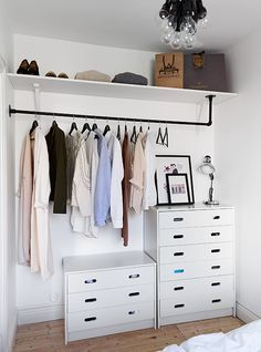 7 Ideas to transform a spare room into a closet (Daily Dream Decor) Too many clothes and not enough space in your bedroom? Well, it' time to think about a spare room. A pantry, a hallway, or another extra bedroom can. Closets Pequenos, Dressing Pas Cher, Dressing Area, Mini Dressing, Armoire Dressing, Dressing Tables, Creative Closets, No Closet Solutions, Small Space Solutions