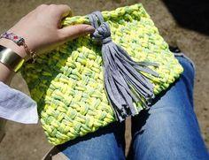 トルコのリサイクル糸を編み込んだ手触りの良いクラッチバックですレモンイエロー×グレーの明るいカラーリングでコーディネートのPOINTに毛糸と違って... ハンドメイド、手作り、手仕事品の通販・販売・購入ならCreema。