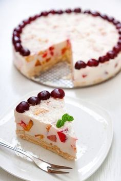 Η απόλυτη τούρτα του καλοκαιριού, με απίστευτα νόστιμη γεύση! Την ετοιμάζετε εύκολα με Κρέμα Ζαχαροπλαστικής και Φρουί Ζελέ ΓΙΩΤΗΣ, για ακόμη πιο φρουτένιο αποτέλεσμα. Greek Sweets, Greek Desserts, Cold Desserts, Summer Desserts, Jello Recipes, Sweets Recipes, Candy Recipes, Think Food, Love Food