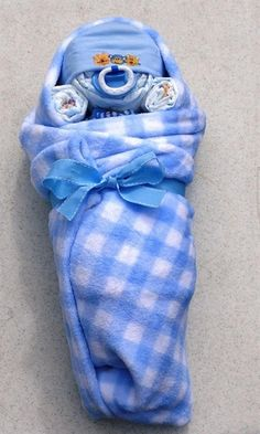 Baby shower gift baby in blanky Cadeau Baby Shower, Baby Shower Diapers, Baby Shower Games, Baby Shower Parties, Baby Boy Shower, Baby Showers, Baby Shower Baskets, Baby Shower Gifts For Boys, Shower Party
