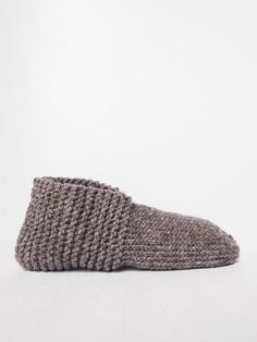 DIY bequeme Hausschuhe selber stricken DIY free knitting instructions for comfortable slippers. These slippers are super easy to knit and are perfect as a gift idea for Christmas. The detailed instructions can be found on Yeah Handmade. Baby Knitting Patterns, Crochet For Beginners Blanket, Knitting For Beginners, Knitting Socks, Free Knitting, Diy Mode, Diy Couture, Knitted Baby Blankets, Gift Ideas