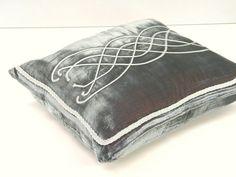 Medieval pattern on pillow cover silver por ClassyInteriorsDeco