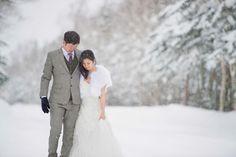 期待通りのプロポーズが出来なかった花婿さまが花嫁さまにやってあげたかったこと、それは冬の北海道での究極に美しい前撮り撮影。 静かに光り舞い落ちる雪の粉、純白の雪のパックドロップ、そして冷たい雪が二人の愛の温かさを強調し、これ以上にないくらいロマンチックでマジカルな世界を創りあげています! 北海道小樽と名所ニッカウィスキーで行われ、有能フォトグラファー John 15 Photography が映し出した新鮮で鮮明で幻想的なウエディングストーリーをご紹介します✨ The groom Adrian wanted to especially impress his fiancee(his proposal didn't quite meet her expectation..  ). So he chose to surprise her andmake amends with an epic prewedding photoshoot in Hokkaido, Japan! Image a perfect romantic winter wonderland…