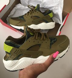 2014 cheap nike shoes for sale info collection off big discount.New nike roshe run,lebron james shoes,authentic jordans and nike foamposites 2014 online. Zapatos Shoes, Shoes Sneakers, Roshe Shoes, Nike Roshe, Cute Shoes, Me Too Shoes, High Fashion, Mens Fashion, Cheap Fashion