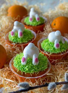 Appelsiinimuffinssit 10 kappaletta (isoja) Taikina: 1 ison appelsiinin kuoriraaste 1 dl appelsiinimehua 100 g voita tai margariinia 2 dl sokeria 3 munaa 3 ½ dl vehnäjauhoja 2 tl leivinjauhetta 2 tl vaniljasokeria Kuorrute: (riittää n. 15 muffinssiin) 1 valkuainen (n. 1/3 dl) 3 dl tomusokeria keltaista ja sinistä pasta-/geeliväriä vihreää vohveliströsseliä Koristelu: valkoista ja vaaleanpunaista […]
