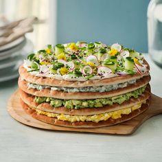 Smörgåstårta med avokado, ägg och pepparrot.