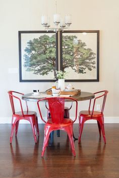 Red Dining / In the shade of a tree.