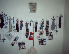 Adventskalender aus Socken - dafür kann man auch mal seine ganzen einzelnen verbrauchen ;-) Photo Wall, Frame, Home Decor, Diy Home Crafts, Advent Calenders, Diy, Picture Frame, Photograph, Decoration Home