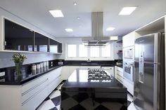Cozinha preta e branca Luxury Kitchens, Kitchen Decor, Contemporary Kitchen, Kitchen Room Design, Home Kitchens, Small Modern Kitchens, Kitchen Dinning, Apartment Kitchen, Morden Kitchen Design