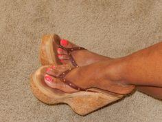 women feet in thong sandals plataform Platform Flip Flops, Platform High Heels, Feet Soles, Women's Feet, Hot High Heels, Wedge Heels, Cute Toes, Pretty Toes, Sexy Sandals