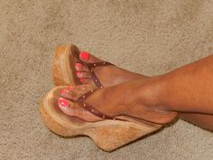 women feet in thong sandals plataform Hot High Heels, Platform High Heels, Wedge Heels, Beautiful Toes, Gorgeous Heels, Feet Soles, Women's Feet, Cute Toes, Pretty Toes