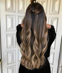 """""""Quero ser uma ✨Morena Iluminada...✨"""" Você pode! """"Quero continuar morena mas ter as pontas do cabelo levemente mais claras..."""" Você também pode!!! ☺️✨ Com a técnica do ✨Surf Blond✨ para tons amendoados... Isso não é um máximo pessoal?! Desenvolvi a meu modo um estilo de iluminação com contraste e efeito degradê ao longo do comprimento e pontas! Assim, o cabelo escuro consegue também ganhar aquele Up e realçar ainda mais o desenho das mechas!!! E para tanto, pude contar com essa cor…"""