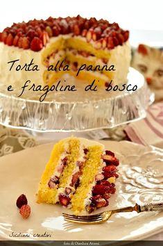 Torta con panna e fragoline di bosco - SICILIANI CREATIVI IN CUCINA Pastry Basket, Robot Cake, Wild Strawberries, Loaf Cake, Strawberry Cakes, Italian Desserts, Moist Cakes, Cream And Sugar, Cake Pans