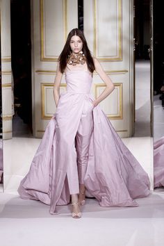 It's Couture Fashion Week in Paris right now, with Chanel, Dior, Versace and Giambattista Valli among the designers offering up their most dream-worthy, one-of-a-kind creations. Haute Couture Style, Couture Mode, Couture Fashion, Runway Fashion, Casual Couture, Beautiful Gowns, Beautiful Outfits, Love Fashion, Fashion Show