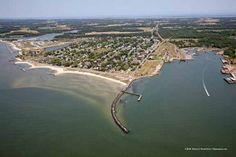 cape charles - Capo Charles (ing.: Cape Charles) è il capo settentrionale delimitante lo stretto che separa la baia di Chesapeake dall'Oceano Atlantico, di fronte a quello meridionale, Capo Henry. [1] Si trova nella Contea di Northampton, nello stato della Virginia (Stati Uniti d'America). Cerca con Google