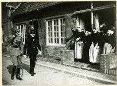 Zeezwaluwhof (Duindorp), Prins Bernhard met een adjudant op weg om de Luchtvaart Technische School te openen; vijf Scheveningse vrouwen in dracht zwaaien naar de Prins. 1940 #ZuidHolland #Scheveningen