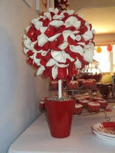 Balloon Topiary for Valentine's Day. Change the colors for a kid's birthday party, too.